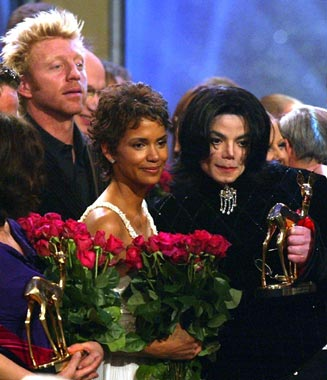 2002-11-22 Artículo: Michael Jackson y Halle Berry consiguieron Bambi Awards en Berlín ==Michael Jackson and Halle Berry Pick Up Bambi Awards in Berlin